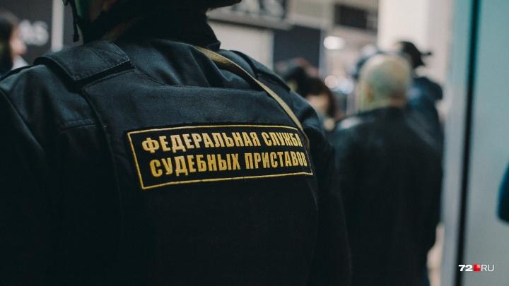 В Тюмени судебные приставы задержали должника, за которого пришлось платить его отцу