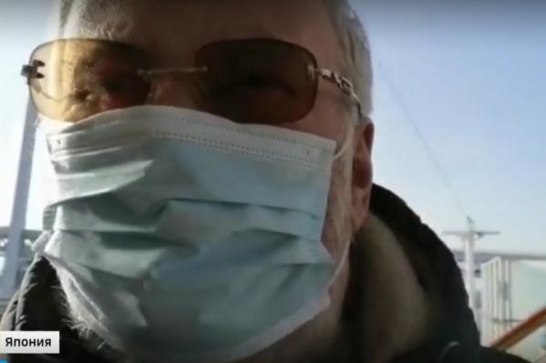 Сергей Попов, как и другие пассажиры лайнера, вынужден ходить в медицинской маске