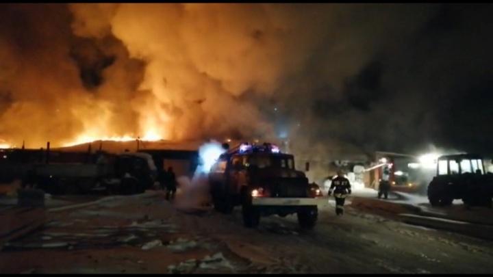 В Омском районе загорелся гараж площадью 1000 квадратов