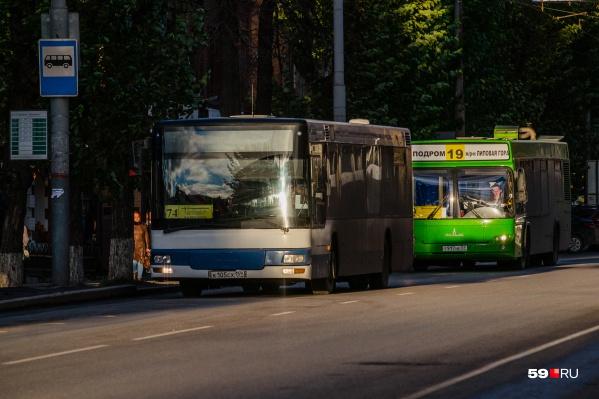 При повороте автобуса пенсионерка упала и получила несколько переломов