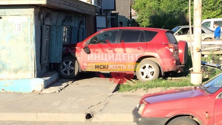На 12-й Северной «Тойота» пробила стену в частном доме
