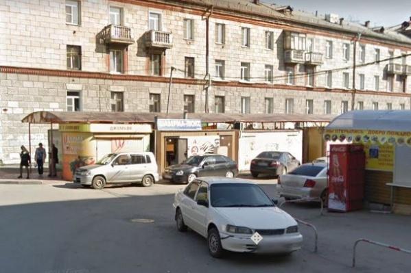 Холодильник упал рядом со зданием Ползунова, 7 в Дзержинском районе