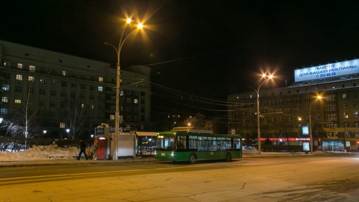На проспекте Дзержинского легковушка попала под разворачивающийся троллейбус