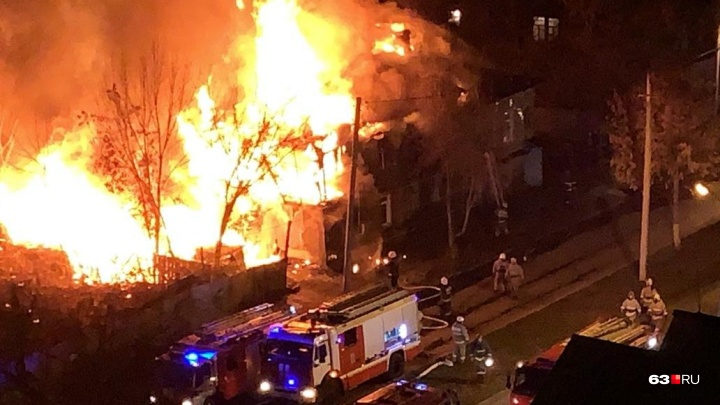 Огромный костёр в центре города: появилось видео ночного пожара на Ленинской