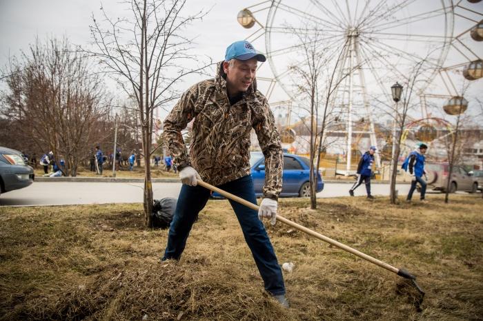 Андрей Травников принял участие в субботнике на набережной