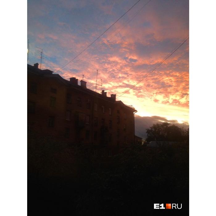 Таким увидели закат жители Уралмаша