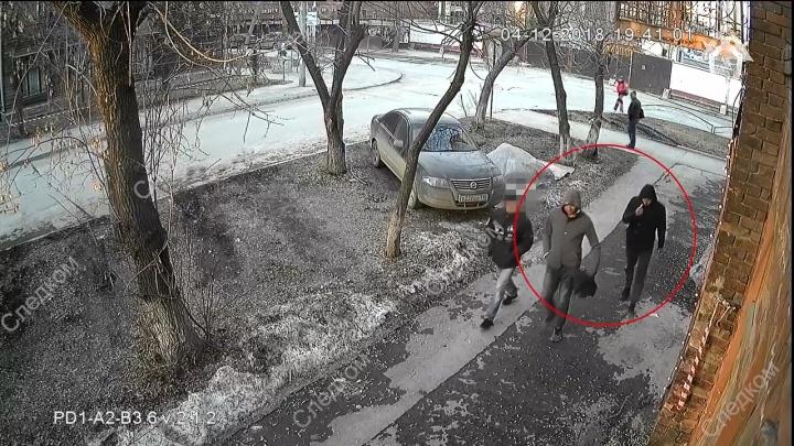 Парни, избившие редактора «Областной газеты», попали на видео: СК просит их опознать
