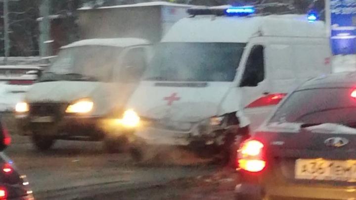 «Водитель плохо видел из-за других авто»: на Авроре «буханка» врезалась в скорую