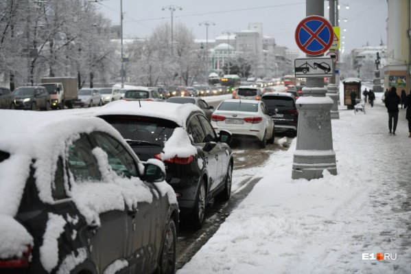 В сезон снегопадов и гололеда нужно внимательно следить за знаками и не мешать уборке улиц