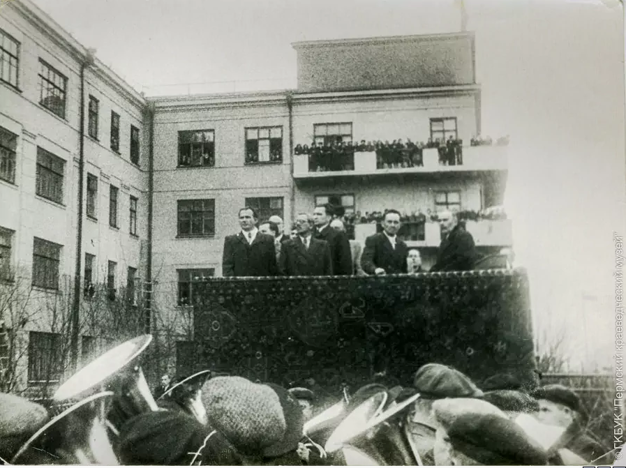 Открытие памятника Славянову. Балконы заполнены зрителями