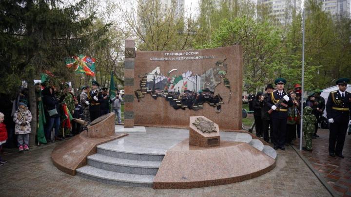 Фото: на улице Дуси Ковальчук появился гранитный памятник пограничникам