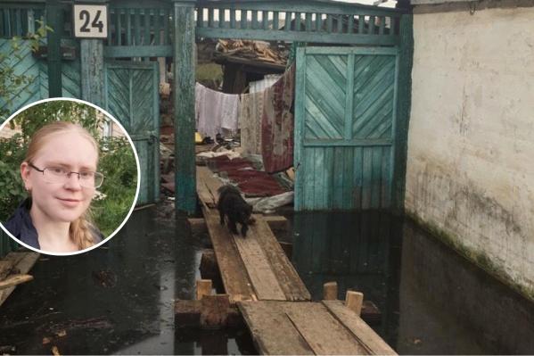 Примерно так выглядят пострадавшие постройки в Иркутской области. А на маленьком фото 20-летняя пермячка, которая поехала туда помогать в качестве волонтера