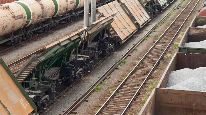 «Бригада экстренно тормозила»: в Челябинской области грузовой поезд насмерть сбил женщину