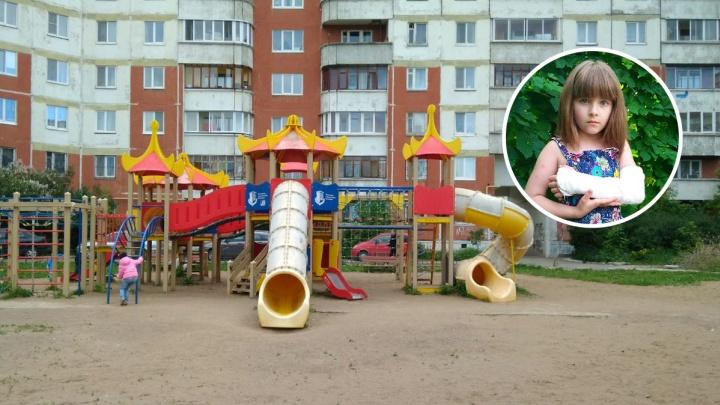В пермском детском лагере девочка сломала руку на горке. Воспитатель сказала ей «подуй и пройдет»