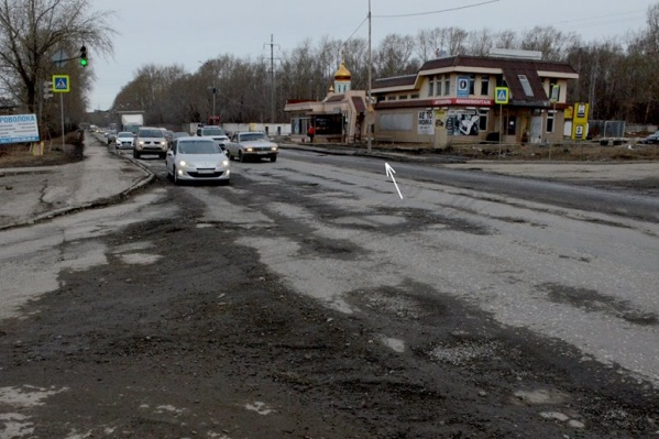 Дорожный знак, как считает Ларионов, висит не по ГОСТу, к тому же практически не различим из-за грязи