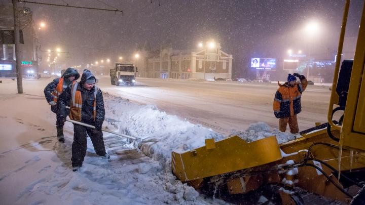 Лопатой двадцать раз: городские службы почистят от снега тротуары на Красном проспекте