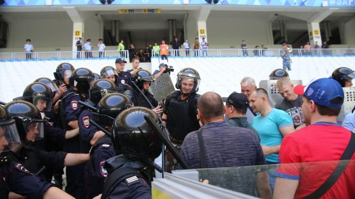 На них с дубинками — а они улыбаются: на «Волгоград Арене» силовики разогнали толпу фанатов