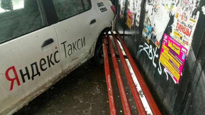 «Водитель ехал нормально, не лихачил»: пассажирка такси рассказала подробности ДТП на Мильчакова
