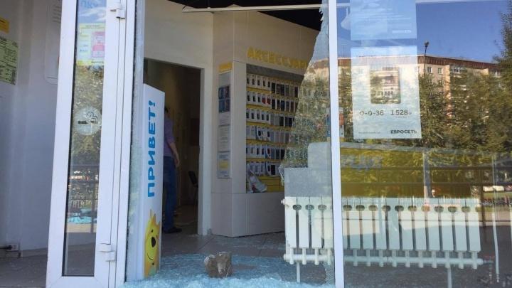 Салоны сотовой связи потеряли 3 миллиона рублей из-за ограблений в Екатеринбурге