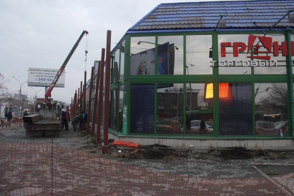 Вокруг торгового центра начали устанавливать сваи — его начнут сносить со дня на день