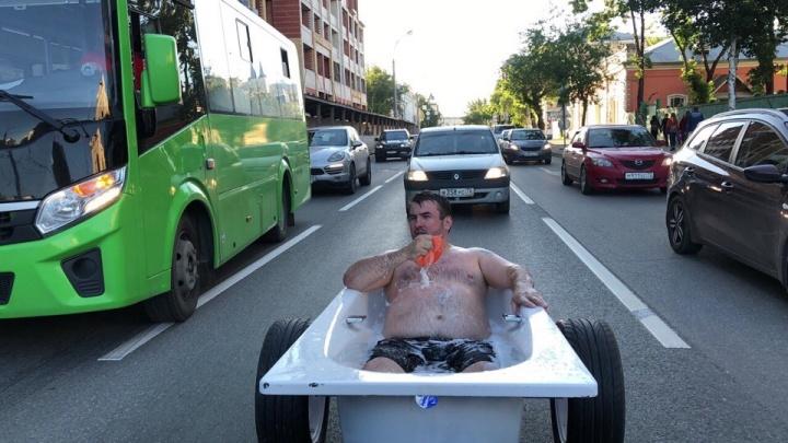 Тюменец, который высмеял Лободу и наряжался в русалку, прокатился по городу в ванне с пеной