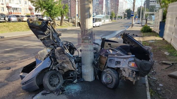 Ночью четверо студентов врезались в столб на Киренского. В искореженной машине погибли двое