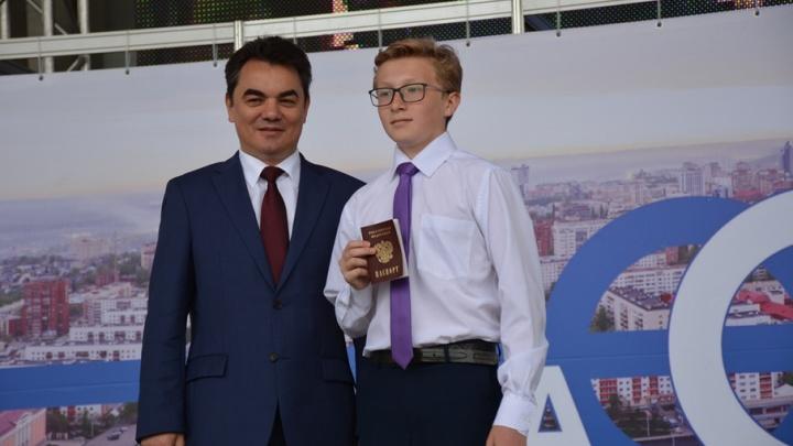 Юные уфимцы получили паспорта из рук мэра и главы республики