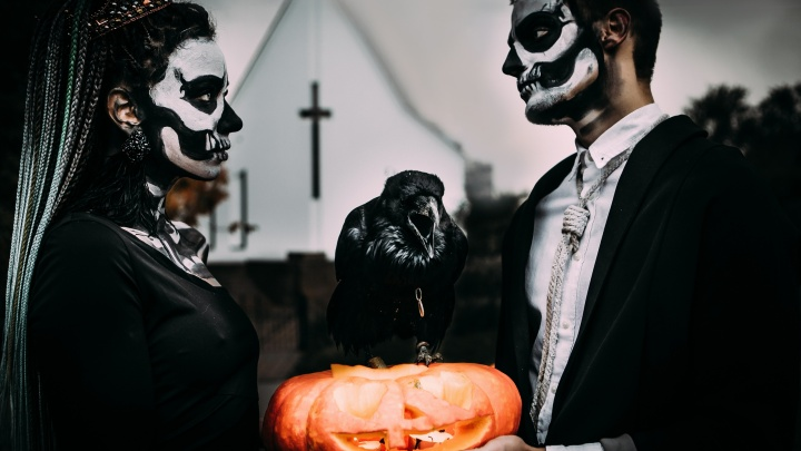 Жуткие игры, могила во дворе, свадьба с вороном: как челябинцы отметили Хеллоуин