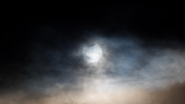 Фото: днём над Новосибирском погасла часть Солнца