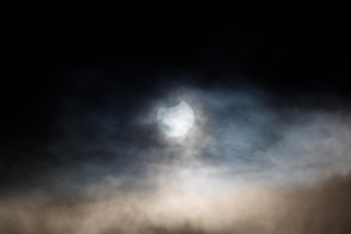 Новосибирцы чуть не потеряли надежду увидеть солнечное затмение — тучи плотно закрывали его