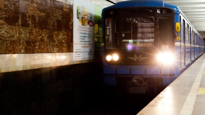 Начальник метро назвал неудачной шуткой подталкивание сломанного поезда на станции