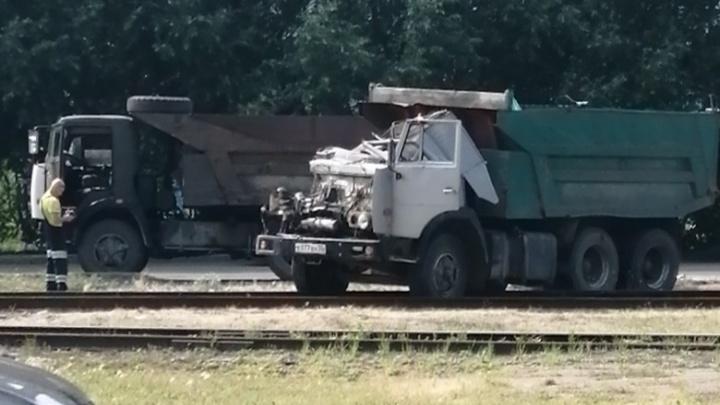 В аварии на Заозёрной КАМАЗу снесло кабину — водитель не пострадал