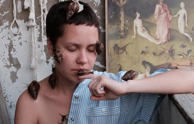 Пермская художница снялась полуобнаженной с десятком улиток на теле (18+)