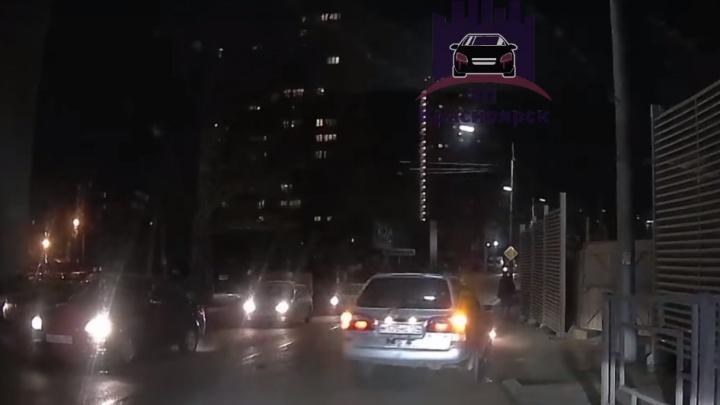 Убегая с места ДТП, виновник пролез между рядами, поцарапал другое авто, заехал на тротуар и скрылся