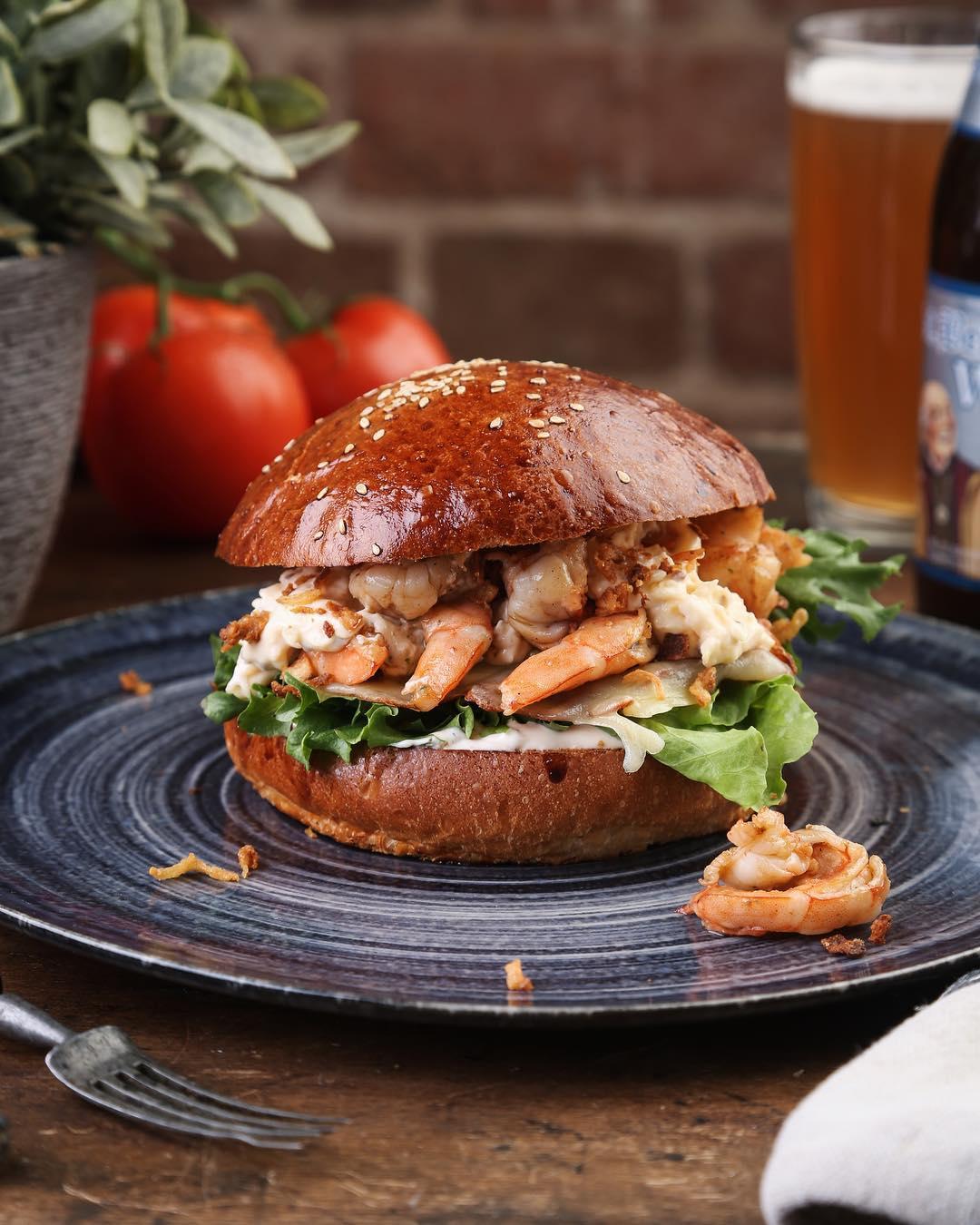 Бургер с креветками и почти литр том-яма: 10 ресторанов Екатеринбурга, где готовят морепродукты