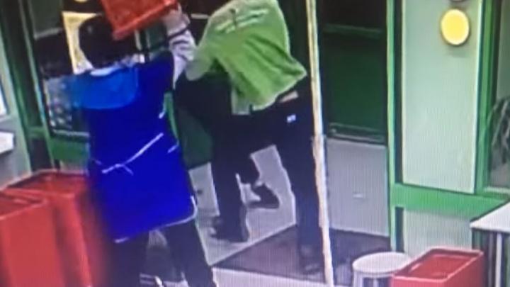 В Ярославле уборщица в супермаркете поколотила грабителей корзинкой. Видео
