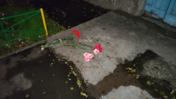 К месту гибели восьми человек в пожаре на Гусарова принесли цветы