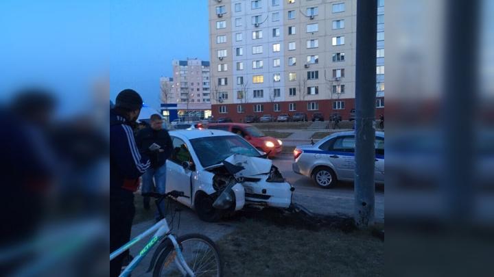 Уходившая от погони«Хонда» врезалась в фонарный столб