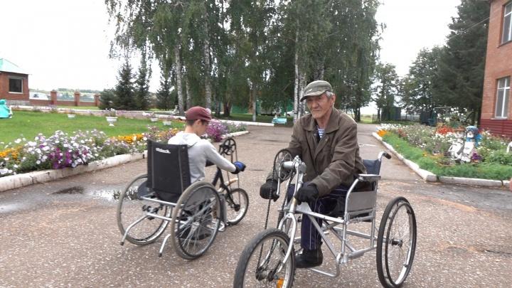 Учат всему, что сами умеют: как живут в единственном в России интернате для стариков и детей