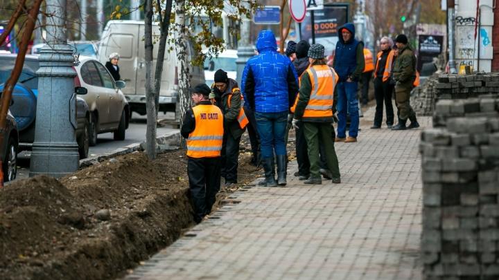 Красноярцы вывозят сложенную брусчатку из центра на личных машинах