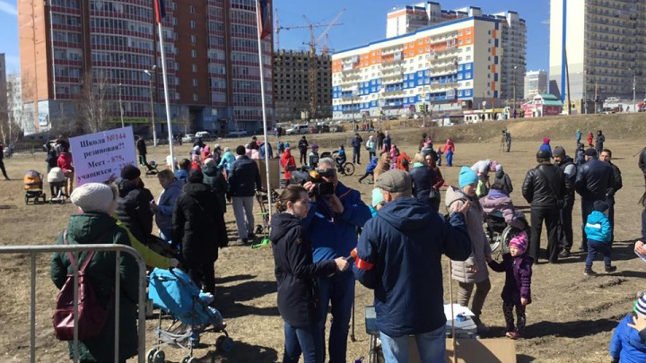 «В классах уже по 35 человек»: жители Солнечного вышли на митинг ради строительства школы