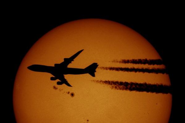 О таком кадре фотограф-астроном Алексей Поляков давно мечтал и 3 сентября ему удалось снять пролёт самолёта на фоне Солнца