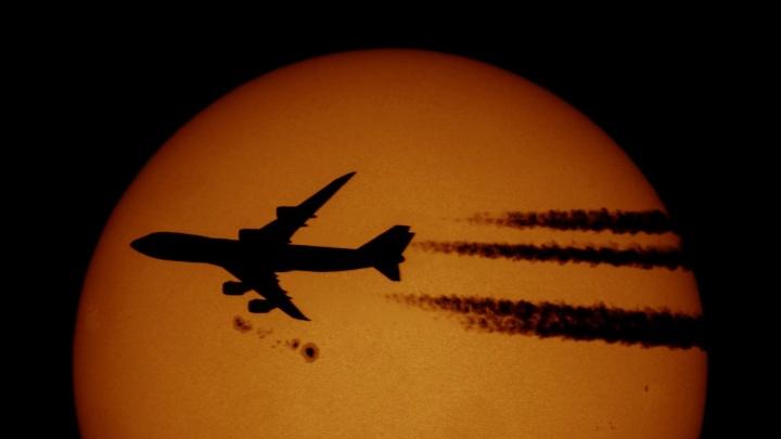 «Зрелище потрясающее»: новосибирец снял на телескоп гигантский самолёт на фоне Солнца
