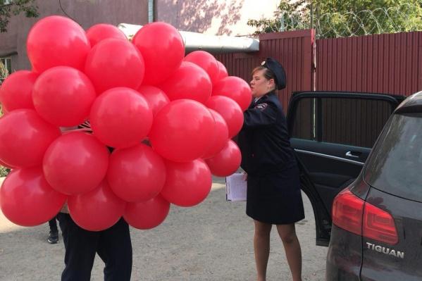 Задержанными оказались даже шарики. Фото vk.com/9sep_om