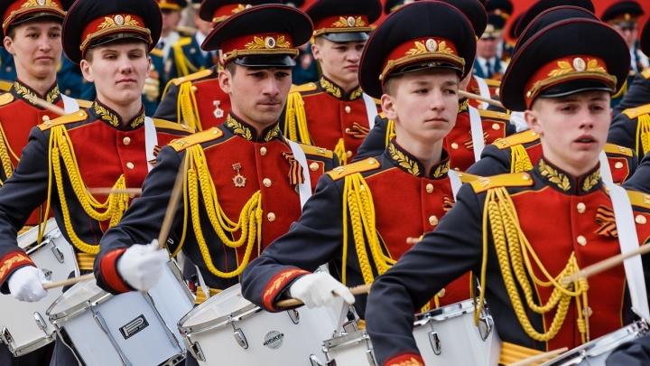 Оттачивают приветствие и строевой шаг: в Перми начались репетиции парада Победы