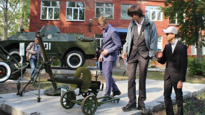 В Чкаловском посёлке среди хрущёвок поставили пулемёт и зенитку