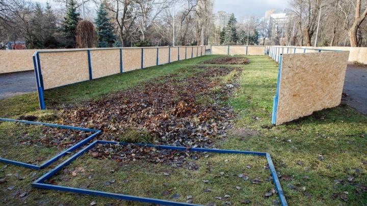 «Нужно просохнуть»: в Волгограде разбирают подмокшие «запчасти» от открытых катков