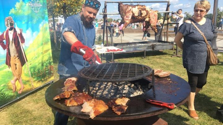 Устроили давку из-за бесплатной еды: фестиваль лета «Пир на Волге» в режиме онлайн