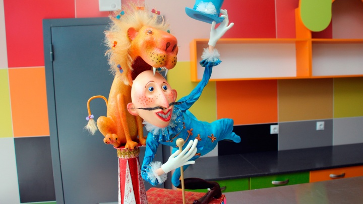 Уборщица омского цирка украсила фойе куклами из папье-маше