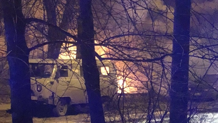 «Проснулись от взрывов»: в центре Архангельска ночью сгорели две иномарки